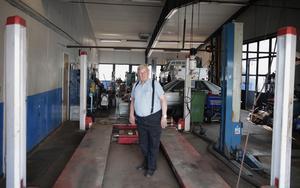 Under de senaste åren har 78-årige Stig Pettersson skött både bilförsäljning och reparationer.