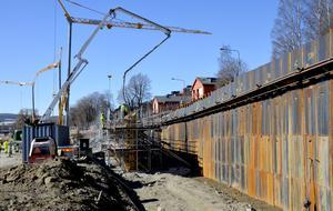 Totalt 21 etapper kommer muren att gjutas i innan arbetet är klart i sommar.