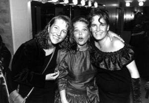 Studentbal på Stadskällaren 1991. Emma Eriksson, Linda Håkansson och Ulrica Åhman  poserade glatt för ÖP:s fotograf.