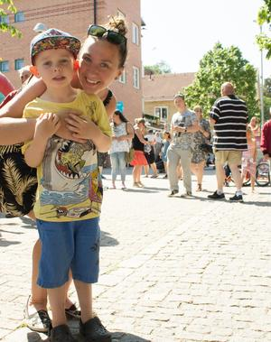 Lisa Gustavsson jobbar på gruppboendet Solvändan i Rimbo, och fick höra talas om Alla barns dag den vägen. Här med sonen Felix Gunnarsson.