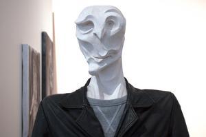 Leo Määttäs absurda ansikten och kroppar är porträtt på människors inre i stället för deras yttre.