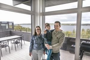 Nadja, Per och Peter Tulner i sitt nya hus i Mosebacken.