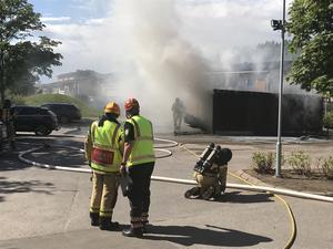 När räddningstjänsten kom till platsen var det stor brand- och rökutveckling.