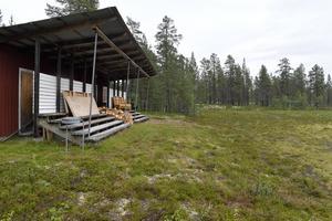 Det finns tre fotbollsplaner i norra Dalarna som har läktare med tak, men varken i Drevdagen, Sälen eller Flötningen (bilden, nära norska gränsen) spelas det längre seniorfotboll.