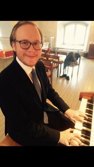 Organisten Daniel Larsson var den som drog igång after work-fredagarna i Gustafs kyrka för ett och ett halvt år sedan.