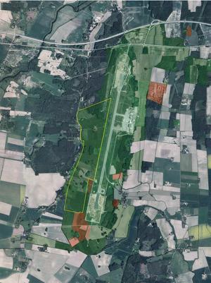 130 hektar åkermark. Det är ett stort område väster om flygplatsen i Täby som nu planläggs för utbyggnad. Det ligger mellan Hardemoåsen och den 3 kilometer långa start- och landningsbanan. Bildkälla: Örebro kommun