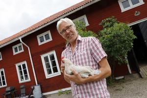 Joakim Lundström med den sällskapliga hönan.