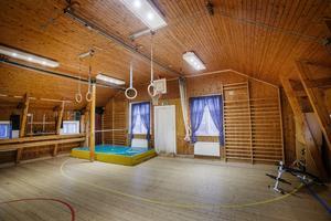På övervåningen finns en del av en gymnastiksal bevarad som familjen har använt flitigt.