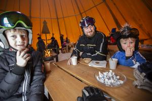 Martin Micke och Simon Åslund från Njurunda tog en rast med bulle och choklad i kåtan hos Nordanstigs kommun.