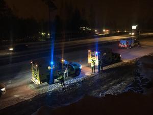 En trafikolycka inträffade på E16 strax söder om Falun, på väg mot Borlänge, på onsdagseftermiddagen. Två personbilar kolliderade men ingen människa kom till skada. Däremot blev det störningar i trafiken då det södra körfältet, mot Borlänge, stängdes av under räddningsarbetet.