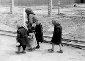 Barn och en kvinna från Ungern som deporterats  till Auschwitz-Birkenau i maj 1944.