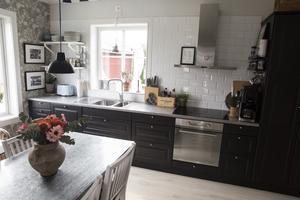 Även i köket flödar det av ljus trots att Camilla valt en köksinredning i svart.