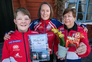 Årsmöte med satsningar. Stipendiat Klockar Eskil Nääs, ny ordförande Petra Hurtig Halvarsson och Britt-Marie Dalin fick priset
