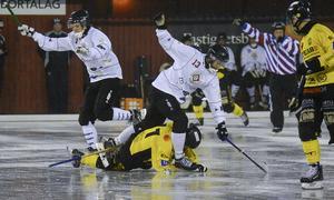 Stundtals var det riktigt tufft spel. Köping drog på sig sju utvisningar i matchen. Foto: Stefan Lindgren