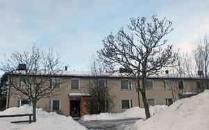 Fortfarande har inte beslutet om rivning av hyreshuset på Åkervägen i Järna verkställts......