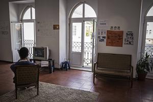 Många av föremålen på flyktingboendet i Lissabon har lappar på både arabiska, tigrinja och portugisiska för att hjälpa de boende med språket.