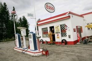 Esso-stationen i Lörstrand, som var verksam 1958-1965, är allt annat än den lagerlokal den var när Stig Borg köpte byggnaden för nästan fyra år sedan. Tidningen hälsade på för två år sedan och prylarna har fördubblats sedan dess.