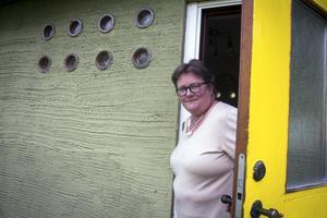 Anna-Johanna von Platen är en av stockholmarna som flyttat hit. Hon ska försöka återställa sin hiskeligt gulmålade teakdörr.