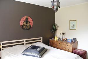 Sovrummet är mindre färggrant men ändå präglat av asien.