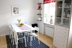 Ljust och rymligt kök med plats för långbord.
