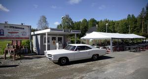 Utanför butiken finns en gammal bensinmack som ursprungligen kommer från Via norr om Hudiksvall.