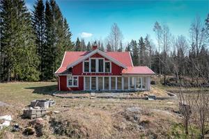 Foto: SE360. Ett hus i Finnerödjatrakten som numera fungerar som sommarstuga är till salu.