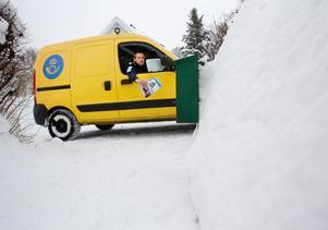 Början av vintern var snöfattig men sedan satte det fart. Jan Berglund hade svårt att komma fram med postbilen på mindre vägar. Fotodatum: 2013-02-15  Bild: Sofie Wiklund