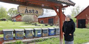 Konsten möter besökarna redan vid de vackert målade postlådorna i Åsta. I helgen tar Gunnel Carlsson med flera emot under Konst- och hantverkssafarin.