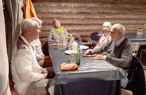 Efter mer än sex månaders karantän träffades Stugun-Borgvattnets SPF-förening för att äta surströmming. Här några av de 20-talet glada deltagarna. Foto: Birgit Wall
