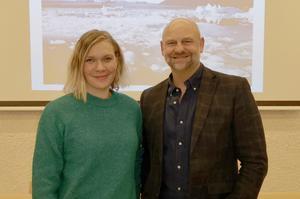 Lovisa Arvidsson tackades för ett spännande föredrag om sin resa till Svalbard av Anders Edvinsson, ordförande i Föreningen Nordens Östersundsavdelning. Foto: Bert-Olof Zackrisson