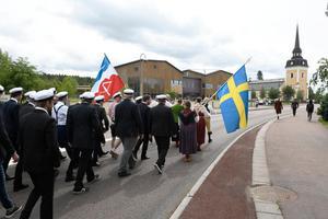 Studenttåget passerar Älvdalens nya skola.