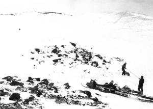 Platsen där de nio personerna kämpade för sin överlevnad var till stora delar kalblåst och snöfattig.