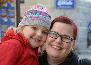 Meja och Jessica Lindgren, Degersjö, Skorped: – Kall, med kanel, säger Meja, 4 år.– Som kanelbullar ska vara, med kanel och socker, säger Jessica.
