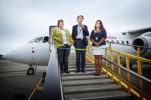 Flygplatschefen Susanne Norrman (längst till höger), här tillsammans med AnnSofie Andersson, kommunalråd i Östersund, och Per G. Braathen, ägare Malmö Aviation.