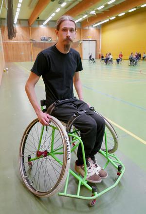 Henrik har byggt sin egen specialrullstol för basket i höghållfast stål från Domnarvet. Den har minimalt med rygg- och armstöd för att bli så lätt som möjligt och öka rörligheten. Dessutom snedställda hjul för bättre stabilitet i snabba manövrar. För att inte kastas ur rullstolen när han kolliderar med andra spelare har han spänt fast sig med spännremmar som han tagit från en snowboard. Foto: Jon Norberg