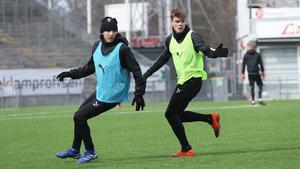 Albin Granlund har full koll på Adam Bark på ÖSK-träningen inför den allsvenska seriepremiären.