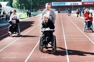 Dubbel vinnare. Fredde Sundin vann sina heat i såväl rullstolsrace som rullatorrace. Förare Jan Johansson springer för fullt.