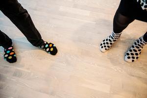 Det mesta hos familjen Jonasson går i svart och vitt, till och med Gunillas strumpor.