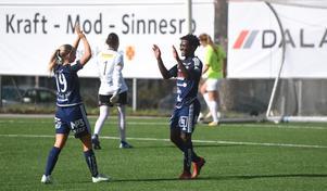 Temwa Chawinga firar ett av sina 13 mål med lagkamraten Mathilda Henriksson.