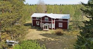 Gården ligger bokstavligen vid vägs ände, ett stenkast från Sävarån.  Foto: Fastighetsbyrån