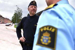 Johan Olander, gruppchef och operativ samordnare i Mora, hoppas att flera söker sig till yrket. Han har arbetat som polis sedan 1992 och har aldrig ångrat sitt val.