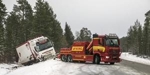 Under tisdagsmorgonen körde en lastbil med släp av vägen öster om Järpen.