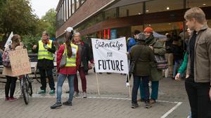 Karla Sand, till vänster om banderollen tycker att det är viktigt att vara med vid varje tillfälle som ges.