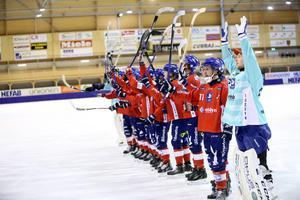 Henrik Karlström och laget firar med fansen efter en hemmaseger säsongen 2015/2016.