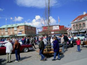 Det brukar vara fullt av besökare på Gamla Torget när motorlördagen visar upp fina amerikanska bilar.