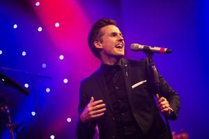 Sång- och musikalartisten David Lindgren fick det att svänga rejält från scenen.