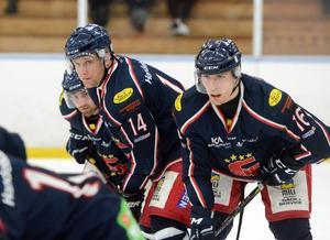Ricky Hanspers, Håkan Nyström och Tim Werner inför en en tekning i en av playoff-matcherna mot Hedemora SK.