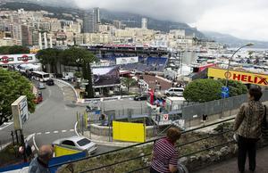 Turister tar en titt över Monaco stad och den berömda racingbanan som varje år huserar F1-lopp. Här bor alltså Patrik och Linnea Sandell sedan två år tillbaka. Foto: TT