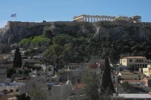 Den grekiska flaggan på Akropolis, Athen, har som på bilden pekat åt vänster, men efter valet svängt åt höger. Foto: Lennart Götesson.