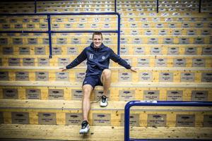 Lugnet före stormen. Martin Karlsson, lagkapten, sitter på en tom ståplatsläktare. Men på lördag eftermiddag mot Malmö blir det livat och fullt drag här.